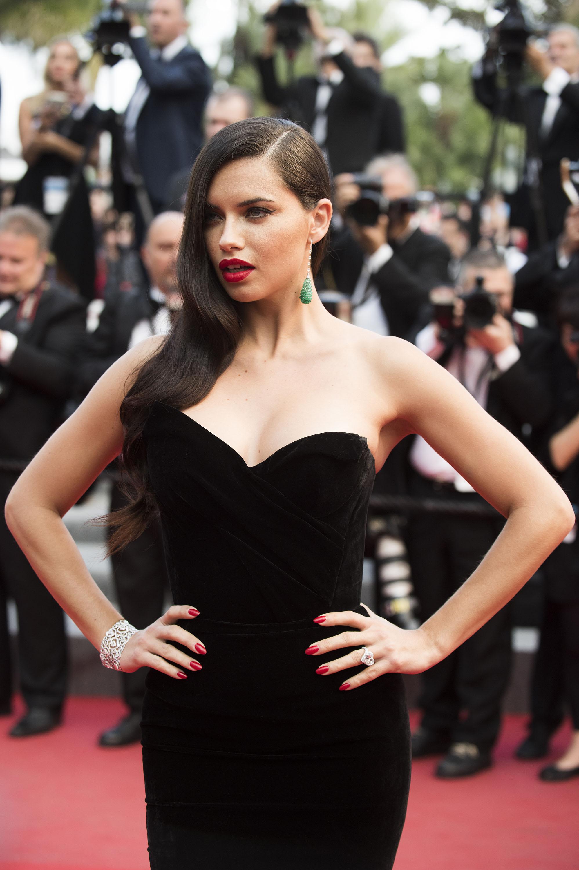 Адриана Лима надела платье российского дизайнера в Каннах