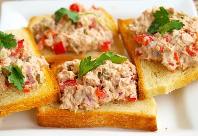 Салат из тунца на тостах