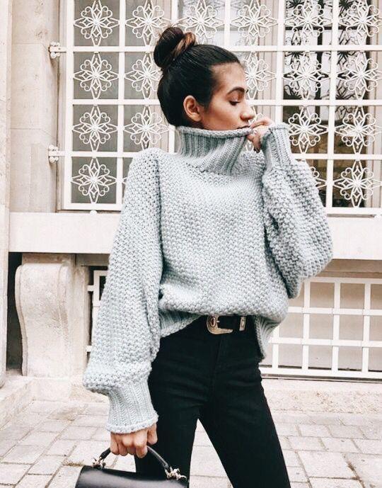 Серый свитер в сочетании с черными штанами