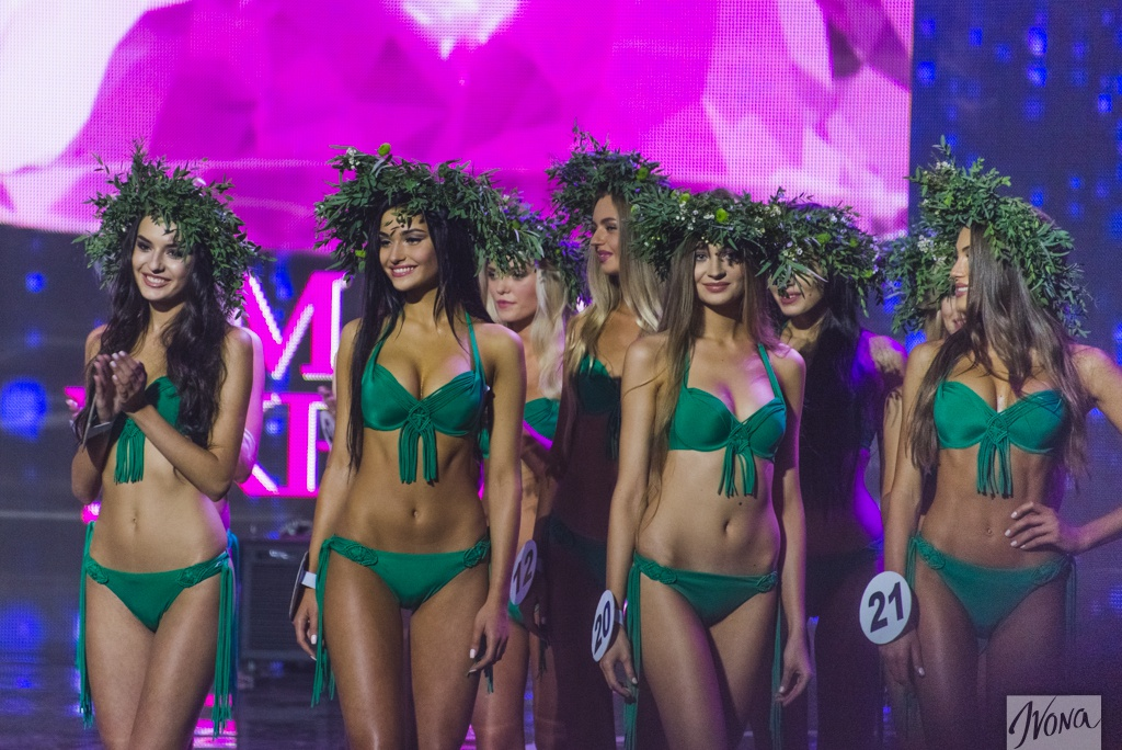 Участницы Мисс Украина 2015 во время выхода в купальниках