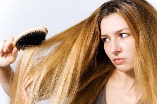 Расчесывать длинные волосы нужно начинать от кончиков, продвигаясь вверх