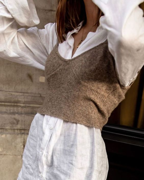 Трикотажное бра поверх рубашки – один из главных трендов весны: 10 лучших вариантов
