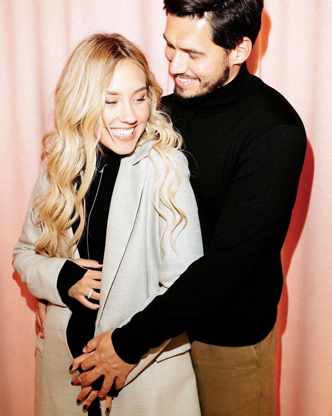 Никита Добрынин удивил постельным фото с беременной женой