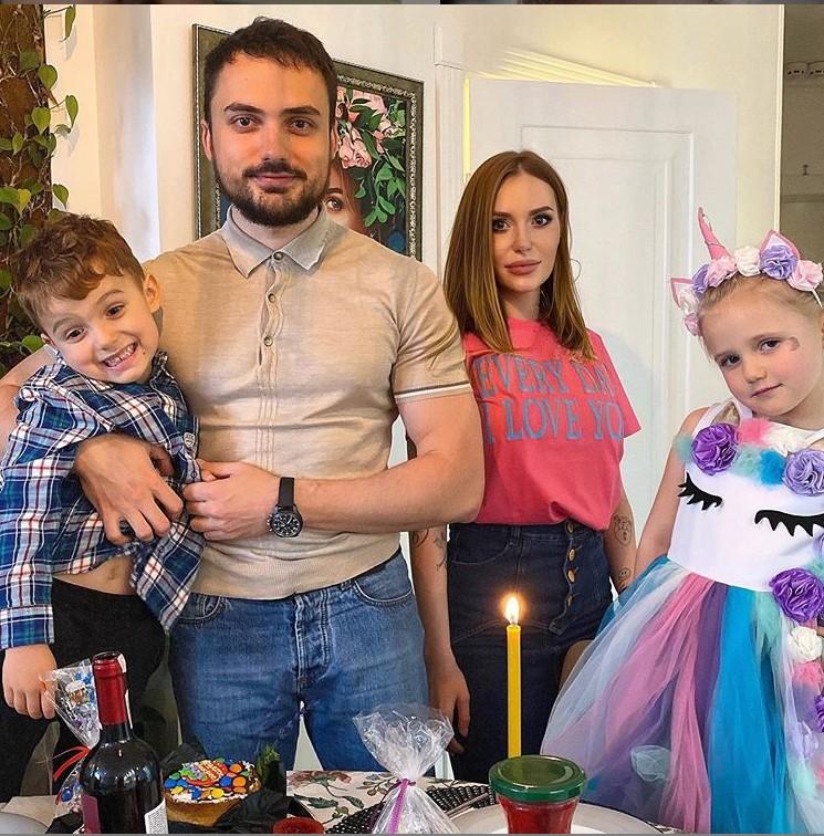 Слава Каминская с бывшим мужем и детьми