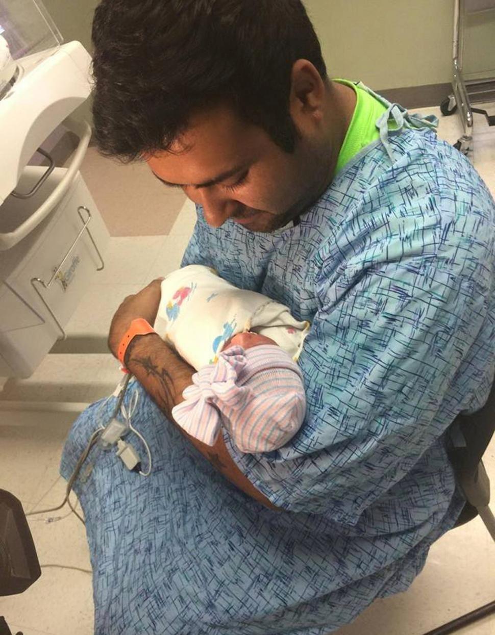 Среди новорожденных тройняшек две оказались сросшимися близнецами