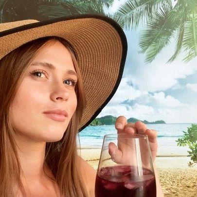 Девочка выросла: внучка Будько из «Сватов» позирует в купальнике
