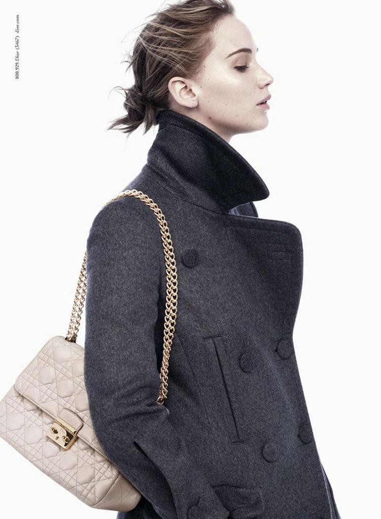 Украшением образа Дженнифер Лоуренс стала бежевая сумка Miss Dior на золотой цепочке
