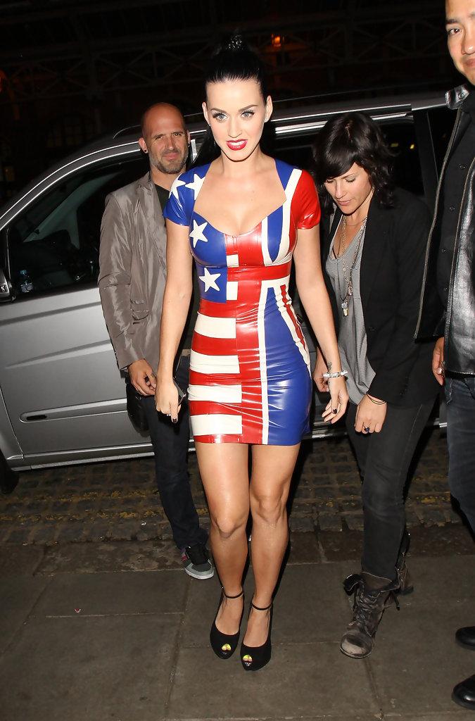 Певица Кэти Перри в обтягивающем кожаном платье выглядит не только патриотично, но и гиперсексуально
