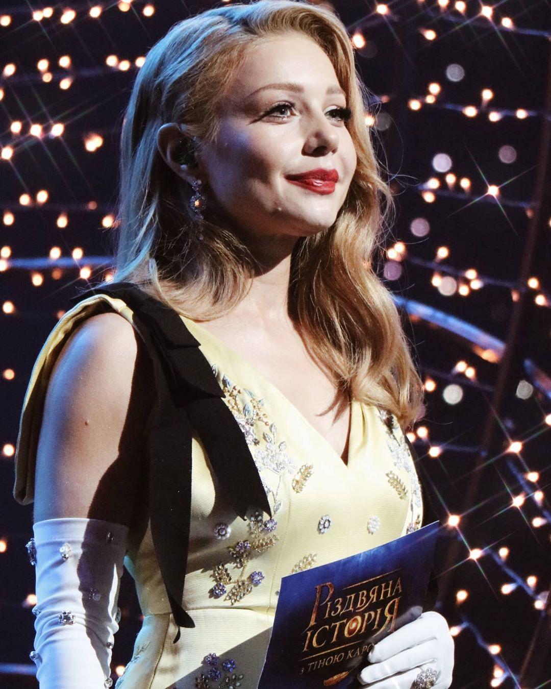 Новогоднее настроение: Тина Кароль засветилась в образе пряничного человечка