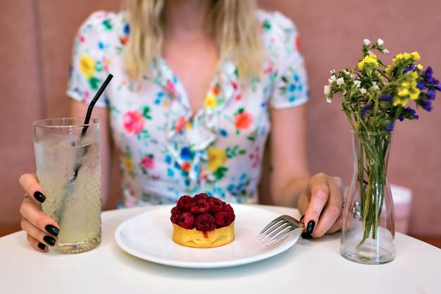 Как побороть тягу к сладкому, и какие продукты заменят десерты