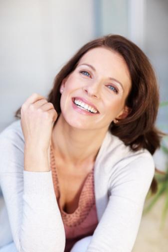 Морщины и обвисшую кожу помогут убрать антивозрастная косметика и массаж