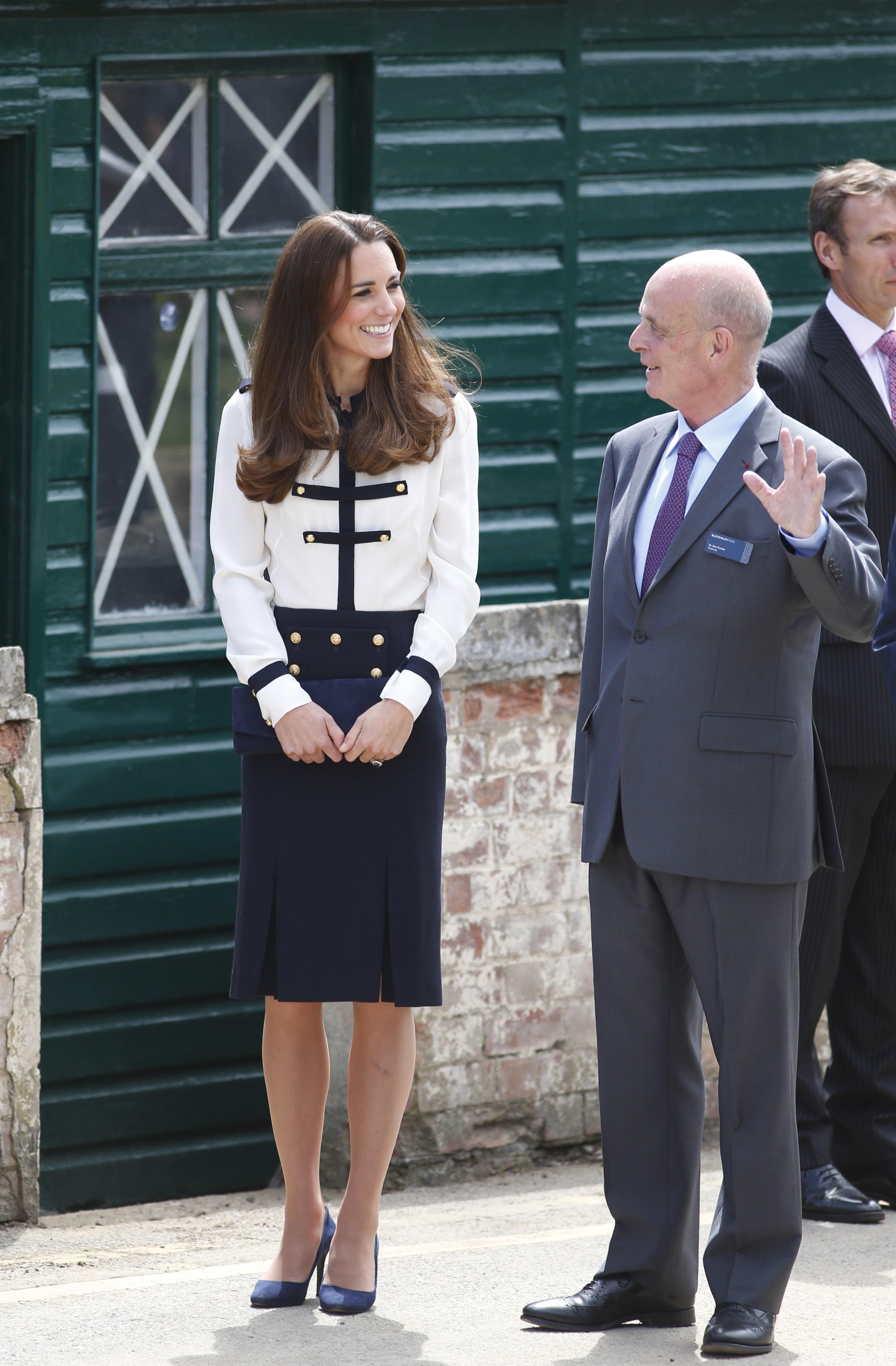 Кейт надела бело-синий ансамбль от Alexander McQueen
