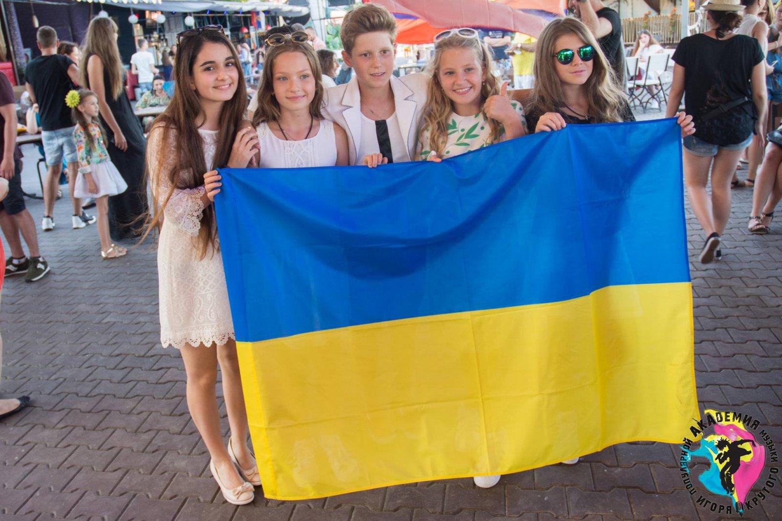 Украину на Детской Новой волне 2015 в Крыму представят участники из Киева – Анна Тринчер (слева) и группа Smile