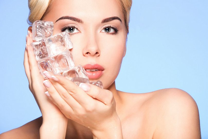 Кубик льда с утра протонизирует кожу лица