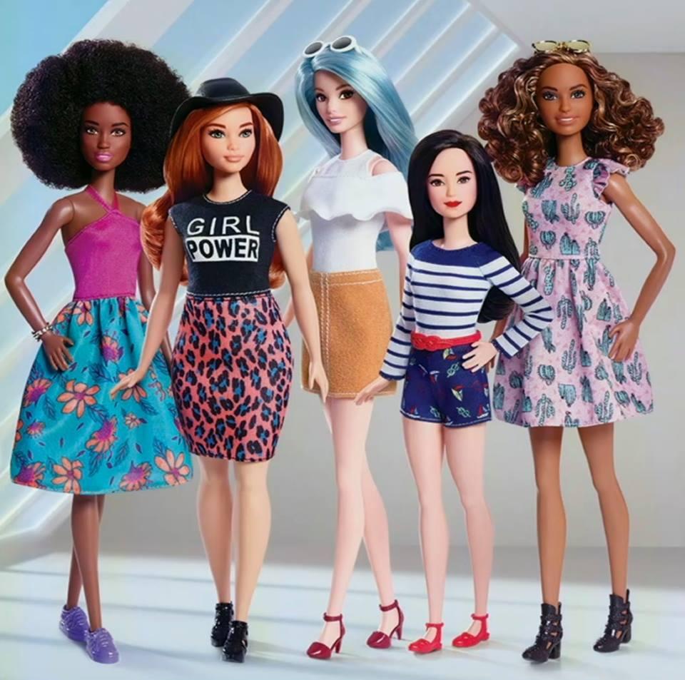 Различные типажи кукол Барби - темнокожие, низкого роста, плюс-сайз