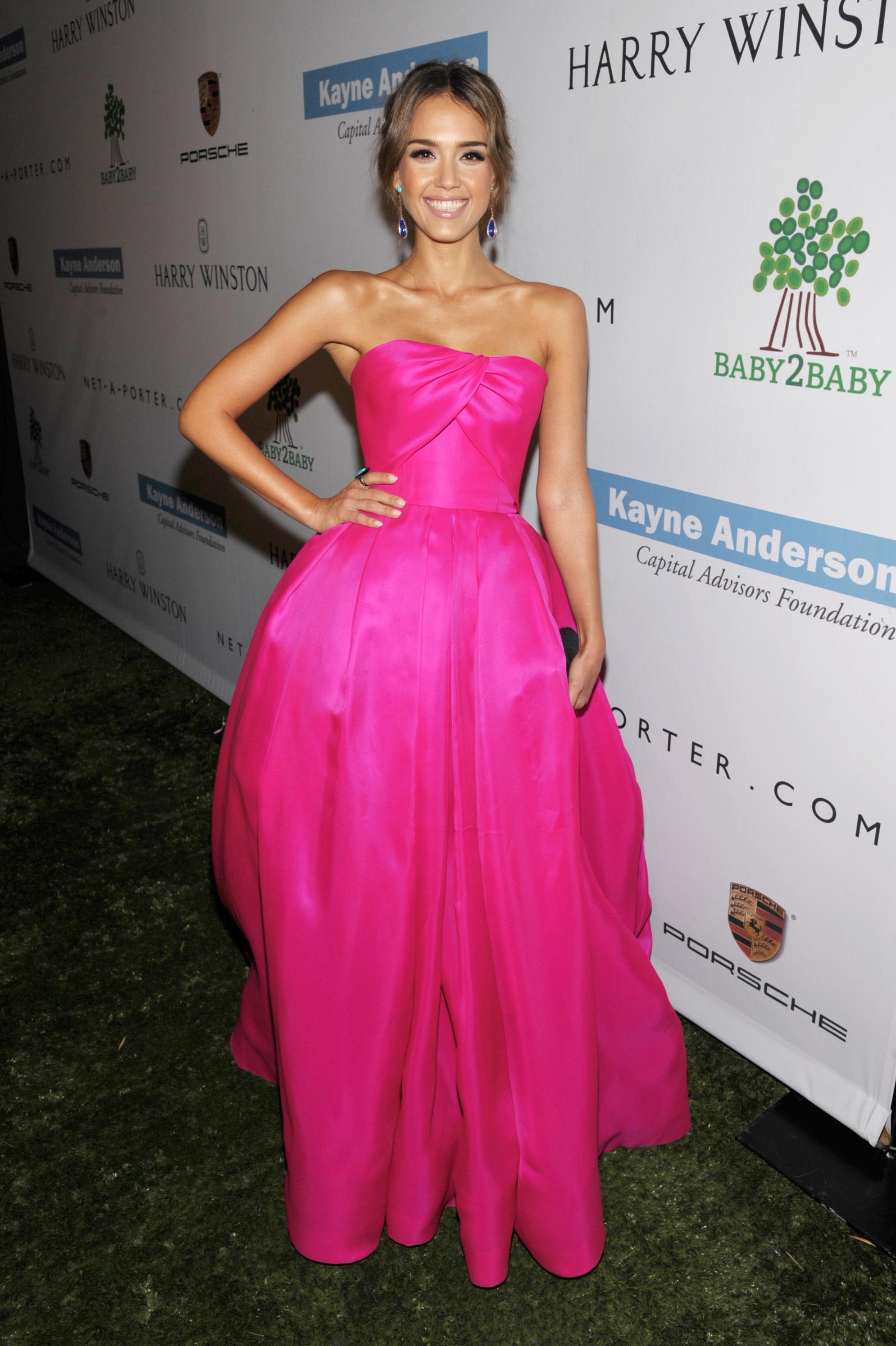 Актриса Джессика Альба в ярко-розовом бальном платье от Reem Acra