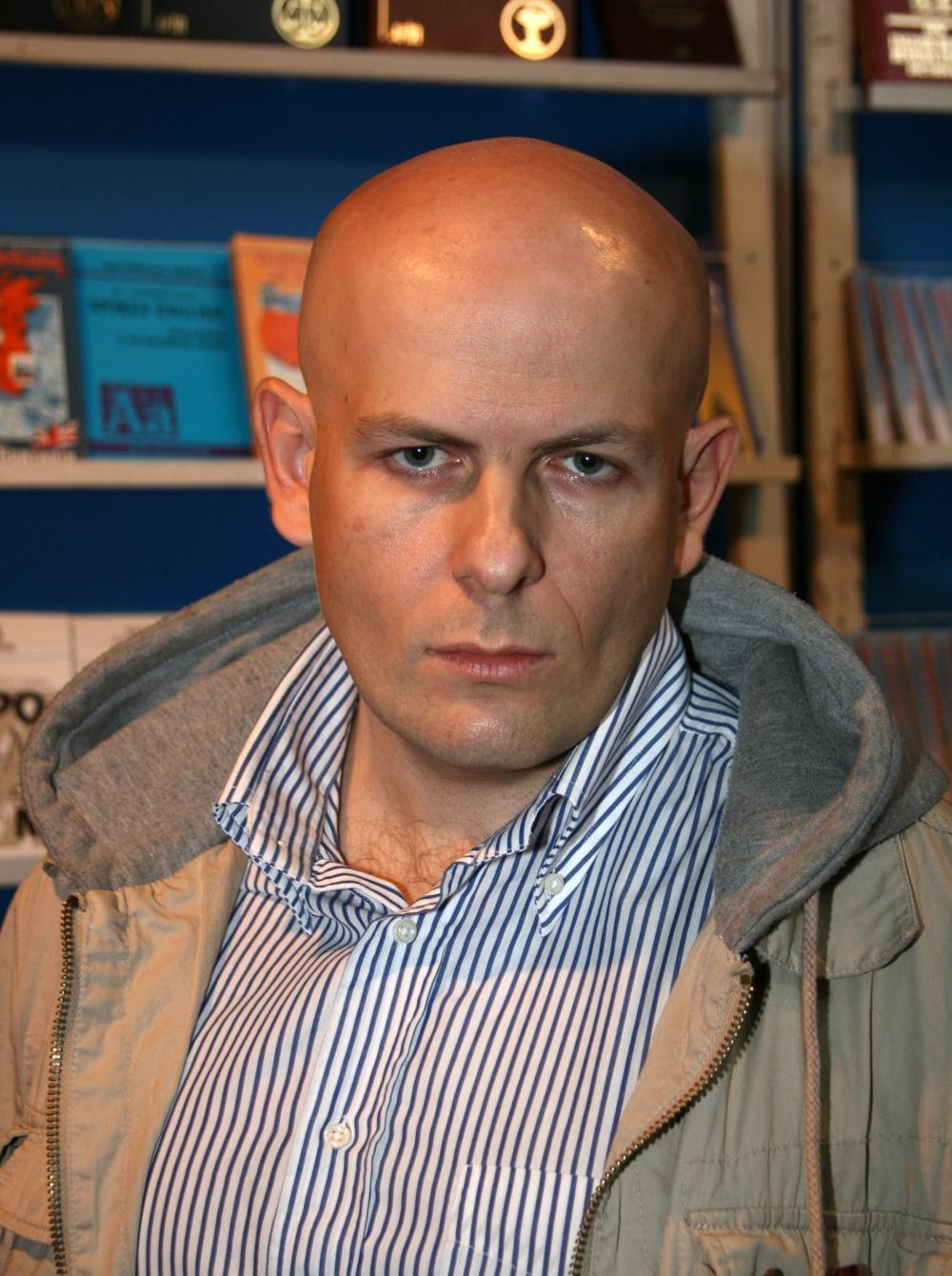 Журналист и писатель Олесь Бузина был убит возле своего дома