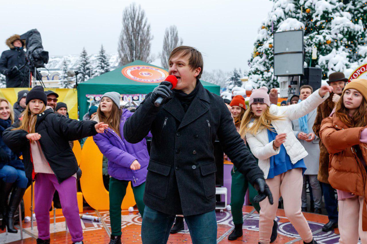 Участник исполняет песню