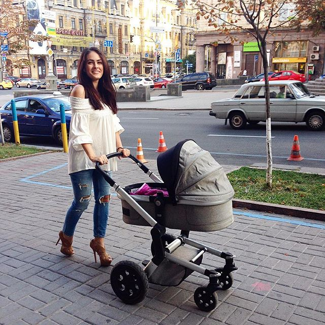 Маша Собко со своей дочерью Маленою на прогулке