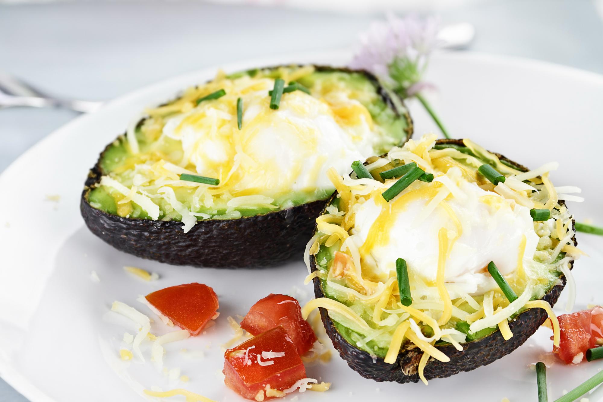 Рецепт дня: запеченное авокадо с сыром и креветками