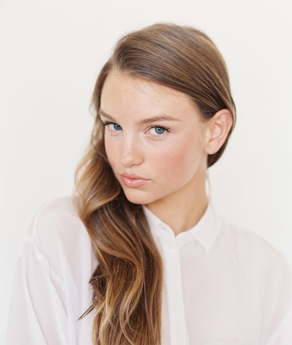 Добавь губам легкого сияния с помощью розового блеска