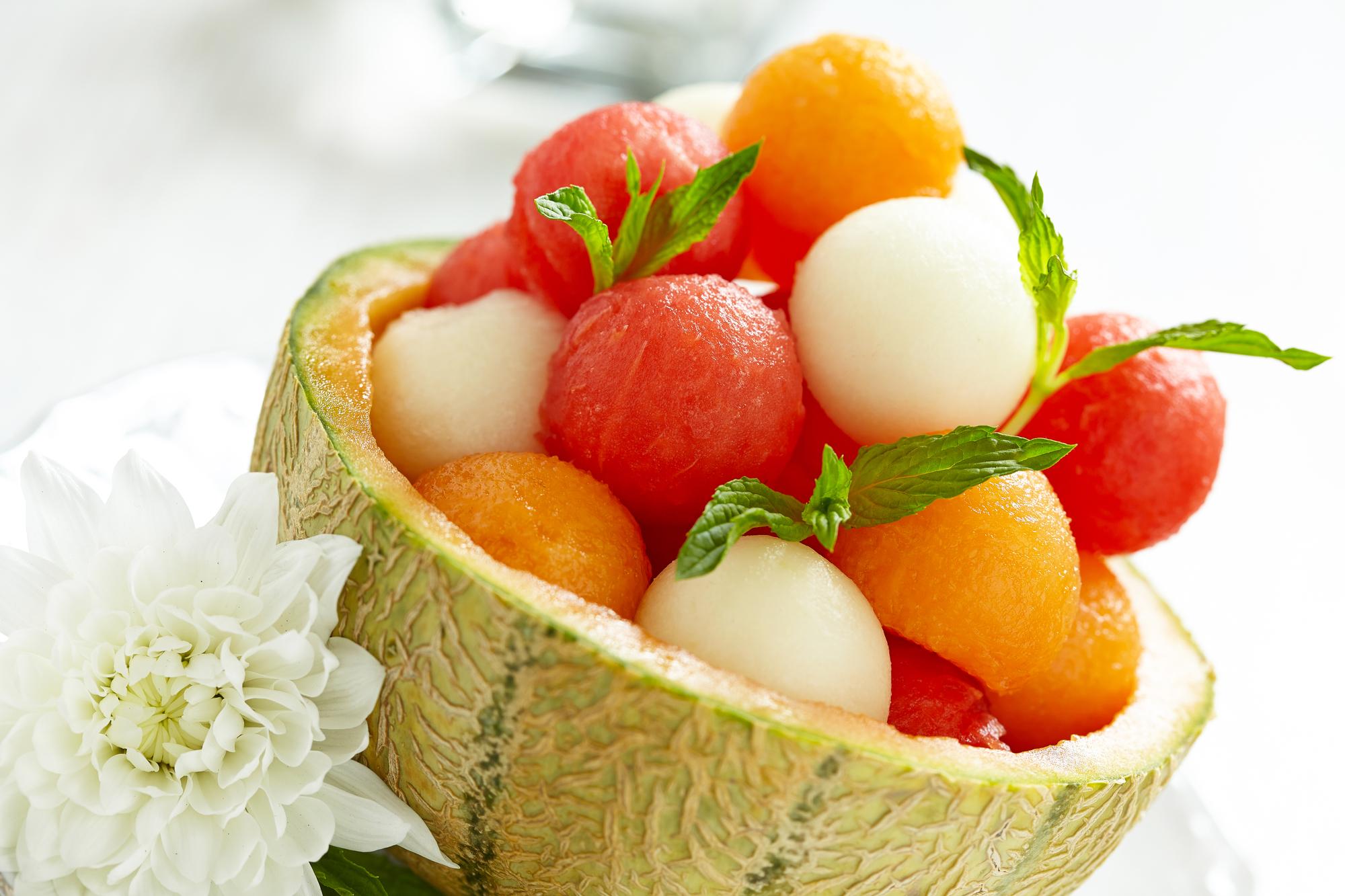 Летнее меню: фруктовый салат с сыром и сухариками