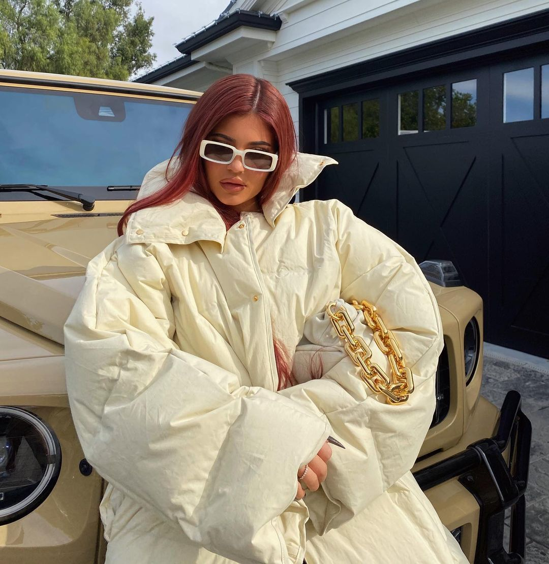 Пуховик или одеяло: Кайли Дженнер в уютном образе для зимних прогулок