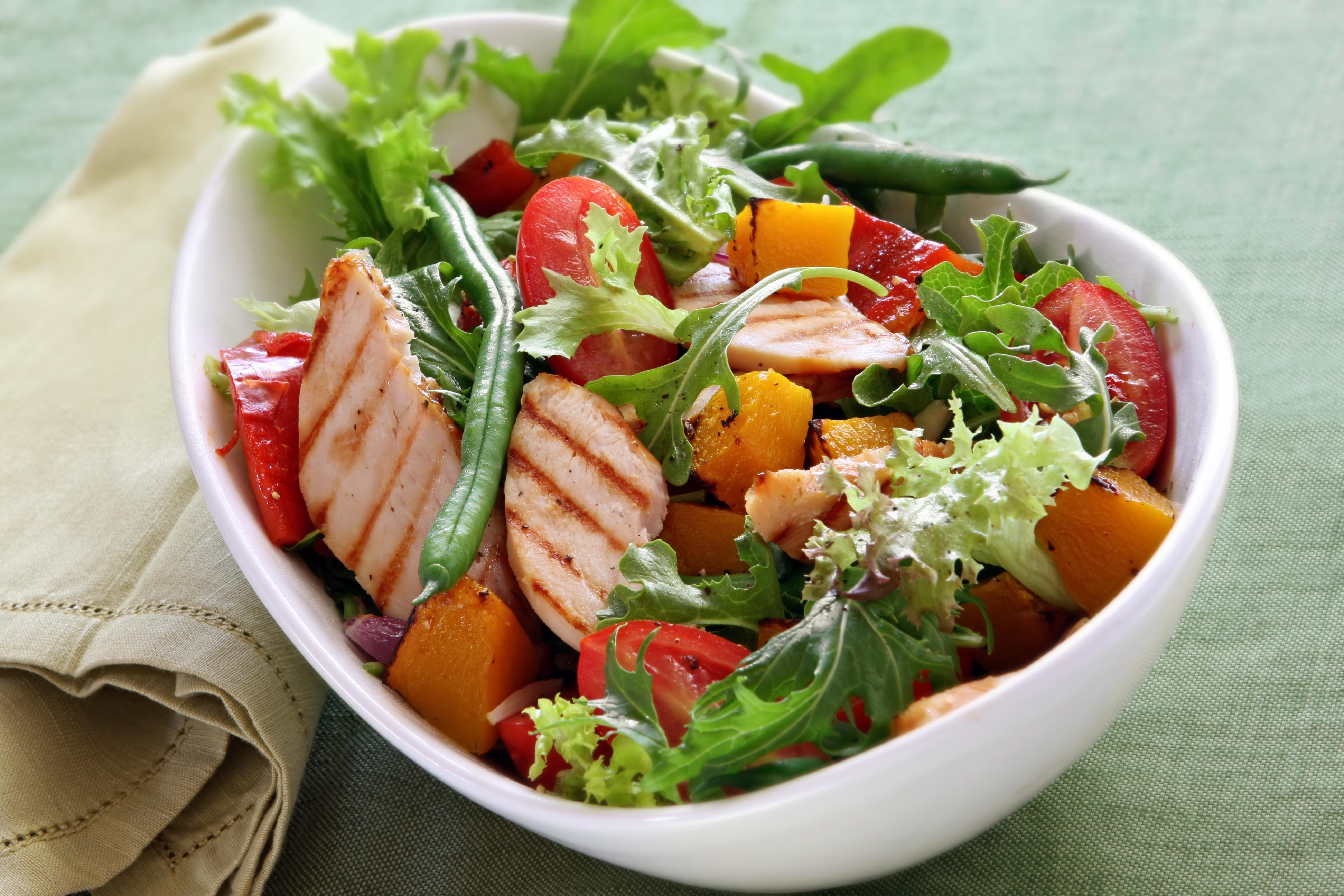 """Универсальный салат """"Минутка"""" с копченой грудкой и помидорами"""