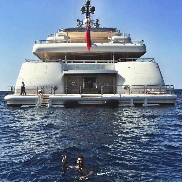 Тимати на фоне яхты Абрамовича