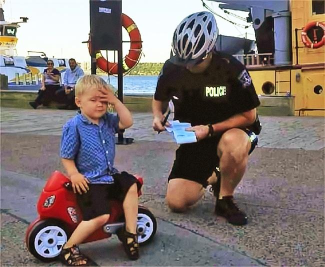 Полицейский оштрафовал 3-летнего мальчика