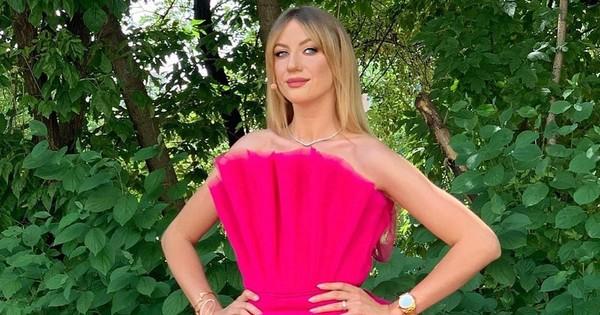 Леся Никитюк сверкнула стройными ножками в коротком платье