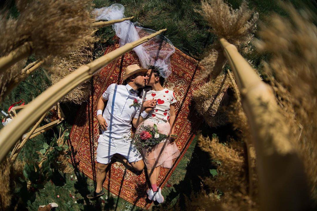 Букет, шарики и поцелуи: Сергей Бабкин забрал жену из роддома
