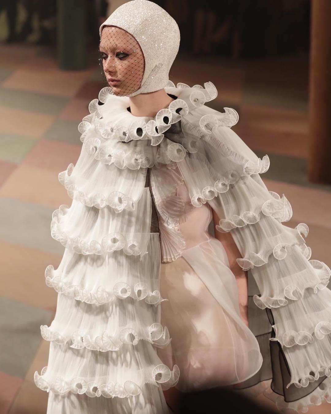Модели и гимнасты: Christian Dior показал новую коллекцию под куполом цирка