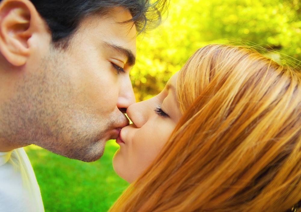 фото мужчины девушки целуются