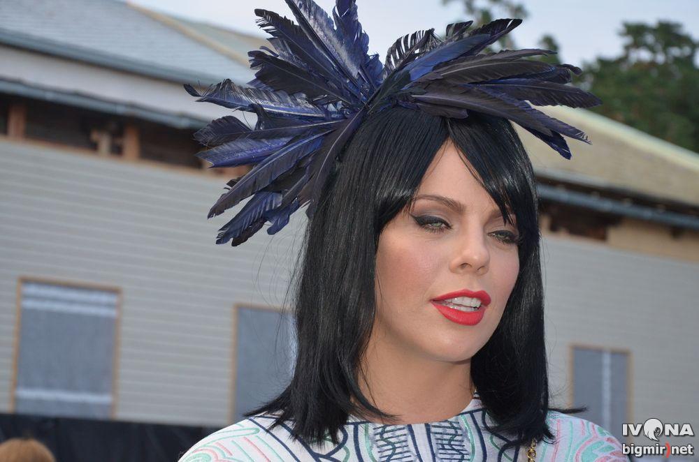 Певица Анастасия Стоцкая дополнила образ обручем с перьями