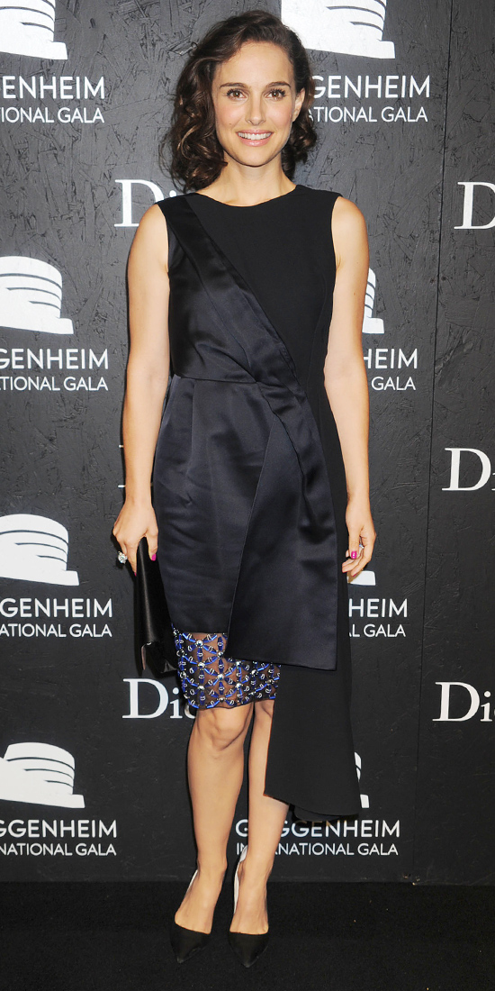 Актриса Натали Портман в черном платье от Christian Dior