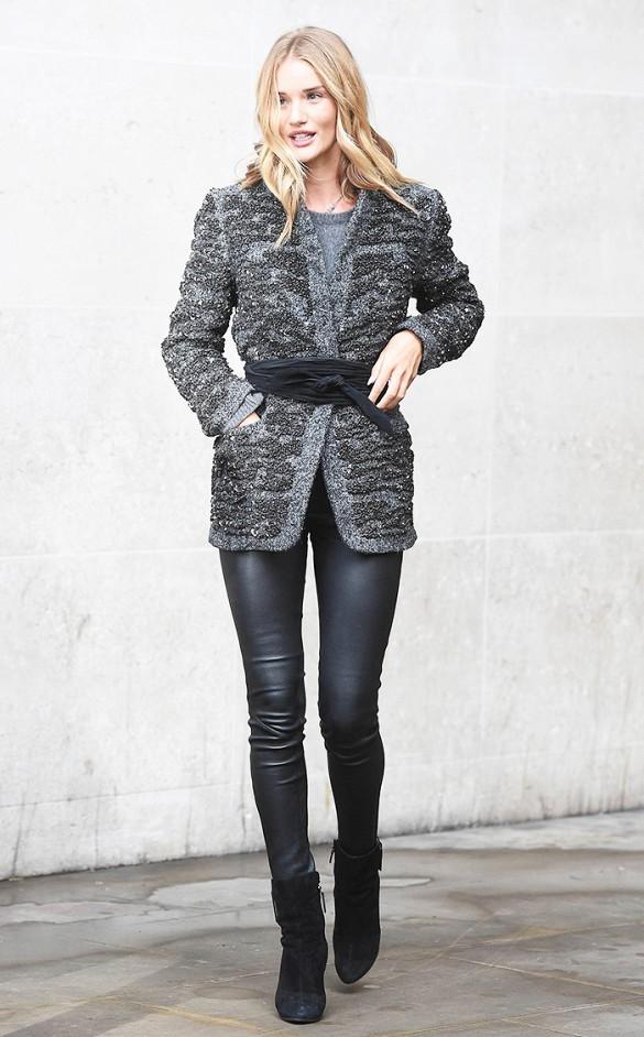 Рози Хантингтон-Уайтли повязала пояс сверху пальто, чтобы подчеркнуть талию