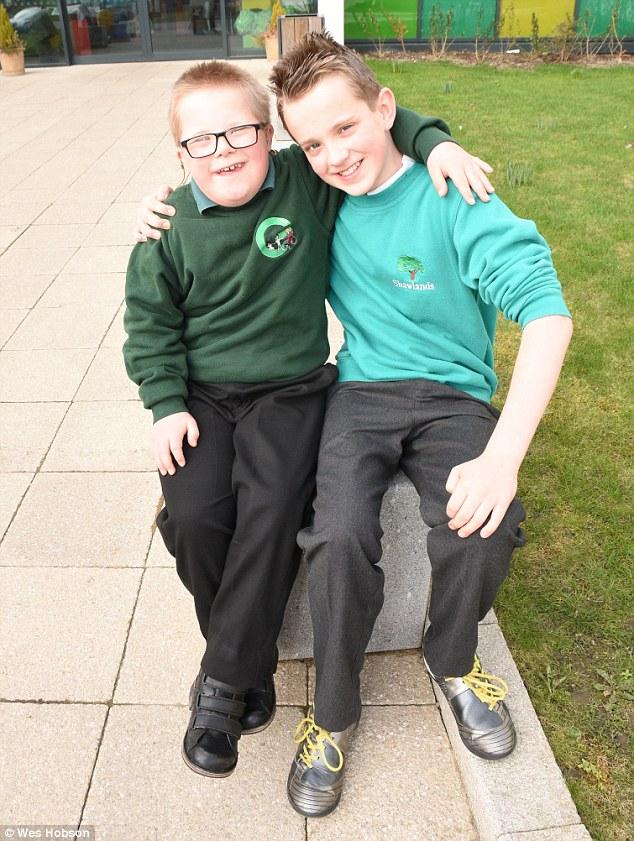 Аарон (справа) со своим братом, страдающим от синдрома Дауна