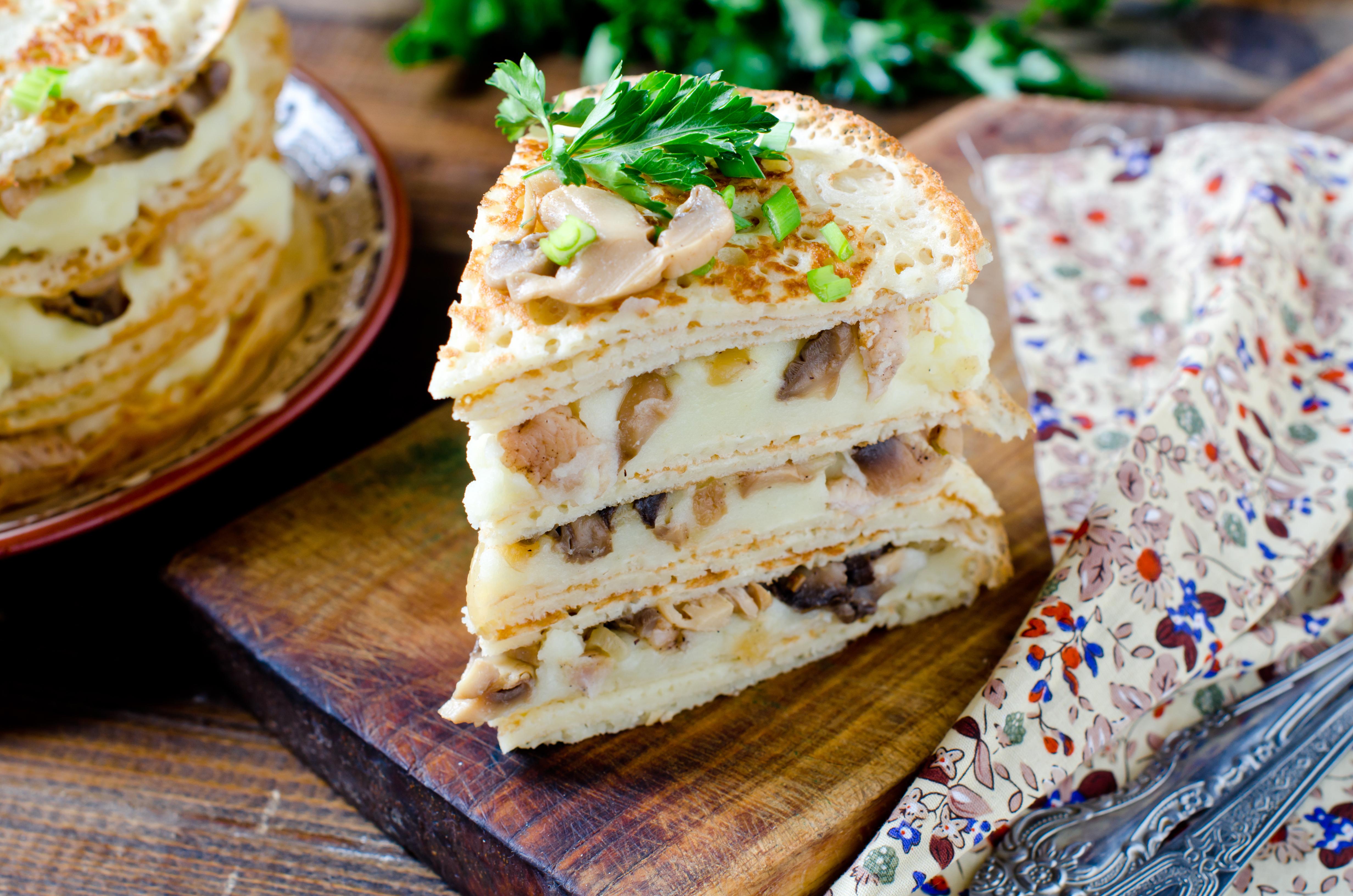 Блинный торт с курицей и грибами: как приготовить
