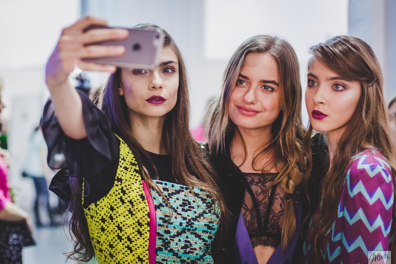 Модели фотографируются с известным модным блогером Соней Есьман
