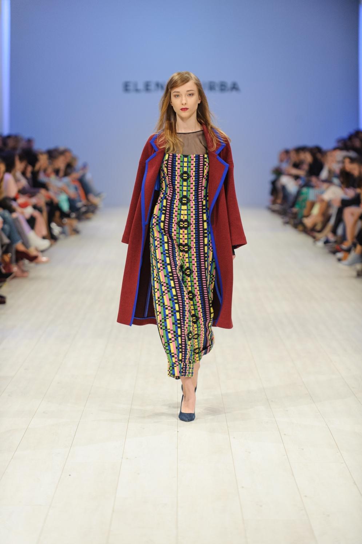 Платья-макси и пальто, приправленные бахромой и яркими узорами, напомнили нам о моде 70-х