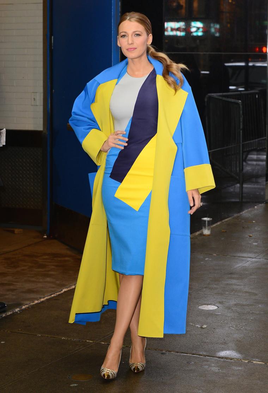 Актриса Блэйк Лайвли примерила наряд в цветах украинского флага