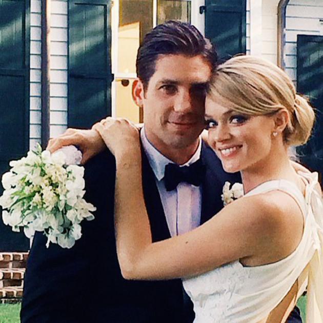 Влюбленная пара поспешила поделиться фотографией со свадьбы в соцсетях