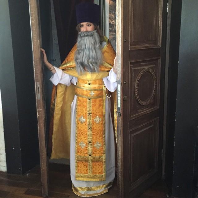 Ксения Собчак примерила наряд священника