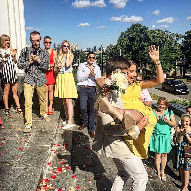 Денис и Света прорепетировали свою свадьбу на празднике у друзей