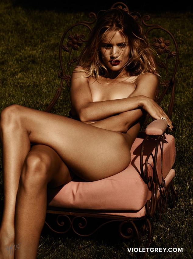 Модель Рози Хантингтон-Уайтли продемонстрировала шикарную фигуру в откровенной фотосессии