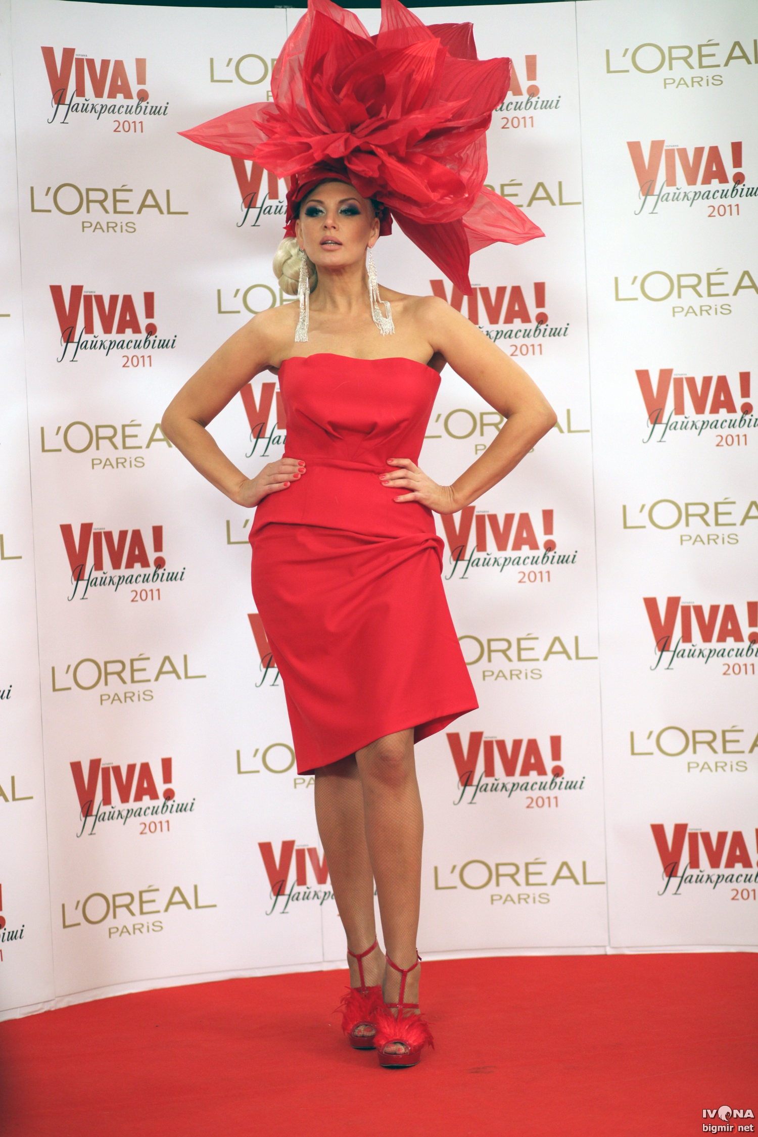 Светлана Вольнова – светская львица без ума от откровенных платьев, вызывающих головных уборов и высоких каблуков