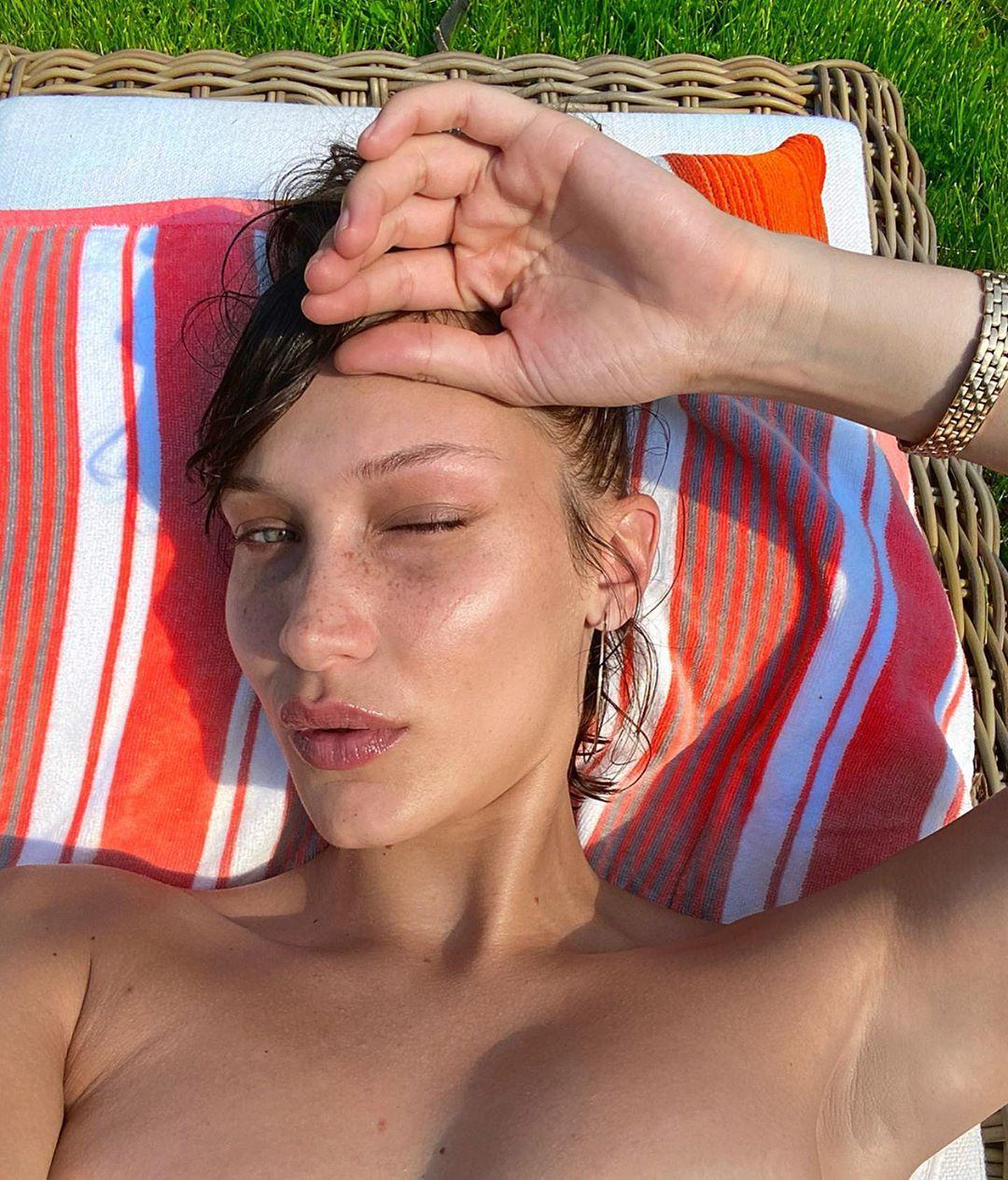 Самая красивая знаменитость выставила эффектное фото в купальнике
