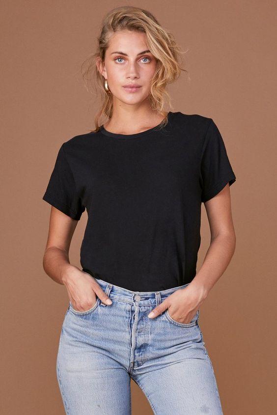 Черная футболка - элемент базового гардероба женщин