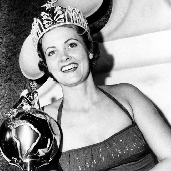 21-летняя американка Мириам Стивенсон получила титул Мисс Вселенная в 1954 году